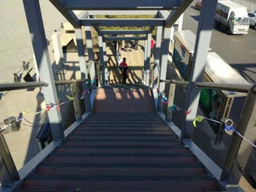 沈阳一过街天桥没有围挡玻璃 施工者:害怕可以不走