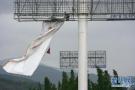 青岛第一高楼体广告被拆 两台300吨吊车助力
