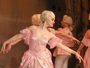 俄上演冰上芭蕾舞