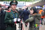 戳泪点!春运车站最帅的橄榄绿白手套还有这样一面