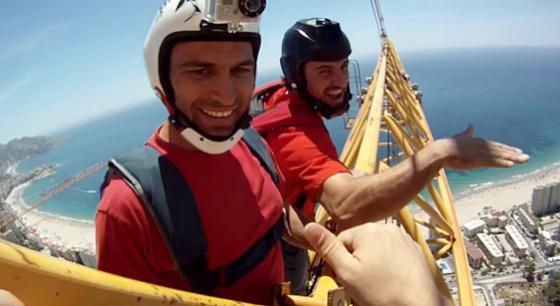美小哥组团爬上西班牙高楼起重机玩跳伞