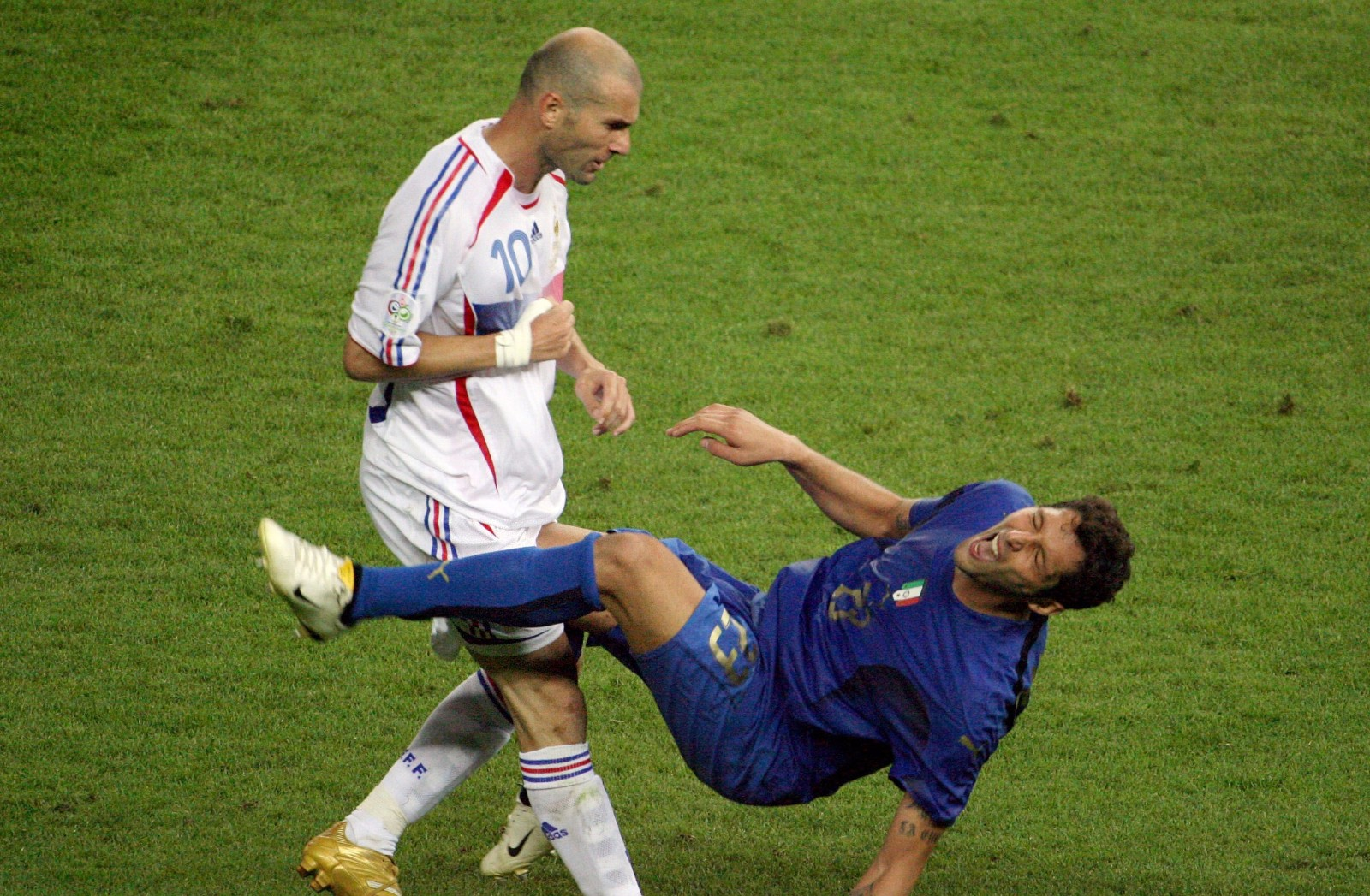 2006年世界杯决赛,法国队球员齐达内与意大利队球员马特拉齐发生言语冲突,随后做出了头顶马特拉齐的动作,被红牌罚下。\\\\r\\\\n图为2006年7月9日,齐达内头顶马特拉齐瞬间。