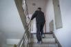 电梯坏了一个月老人拄拐上下楼 物业:争取一周内修好