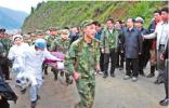 """十年前地震救援这位军人抬着担架大喊""""让开"""" 总理立刻让到路边"""