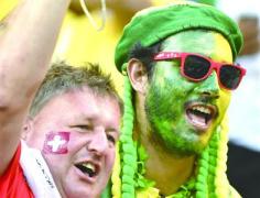 世界杯球迷在脸上画上国旗和国家主色助威喝彩:怎么画的?