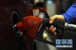 油价下周一有望压线下调 加一箱油便宜2元钱