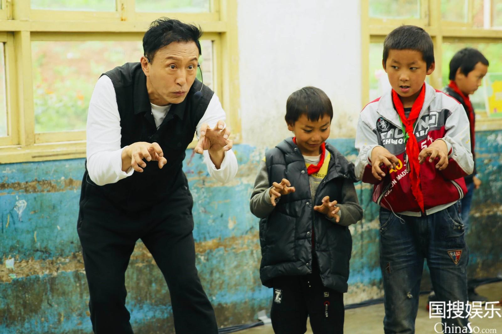 王洛勇指导学生表演狼群