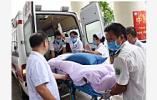 突发!南京江北大道晓山路段发生翻车事故,驾驶员被卡车内
