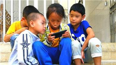 沉迷手机游戏的留守儿童