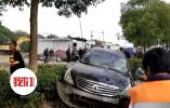 扬州轿车撞拆违人员:拆违公司联系电话属工商干部,其称无关