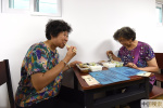 北京:废旧自行车棚变身老年餐桌 解决老人吃饭难