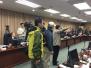 台退伍军人闯听证会拍桌 警卫忙护送官员逃跑