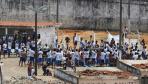巴西东北部监狱持续暴动 囚犯在屋顶持刀示威