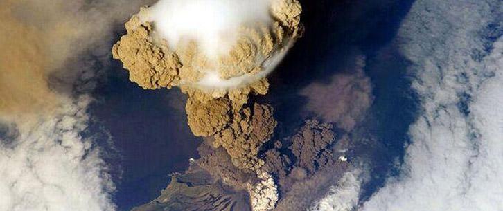 从太空中看地球火山喷发