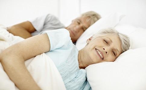 老年夫妻同床睡 老年夫妻同床睡的好处 老年夫妻为什么要同床睡