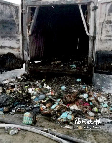 福州/核心提示:福州绕城高速桂湖服务区内一辆集装箱货车起火,据...
