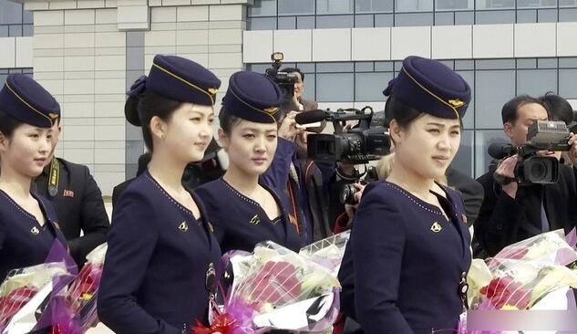 朝鲜空姐手持鲜花迎接中国客人 看看妹子们有多漂亮!