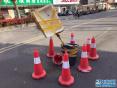 热河路马路塌陷好心老板用泡沫箱提示行人注意