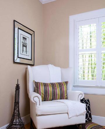 裸色是近来大热的家居流行色,喜欢流行时尚的年轻人,将裸色带进了家居时尚。在小户型中,裸色当之无愧成为放大空间的最佳色系。裸色墙面定下整体基调,给人以朦胧的浪漫感觉。白色沙发与粉红色过度十分自然。大大的窗户让室内光线充足,保证了室内的明亮,同时也引景入室,丰富了视觉感受。