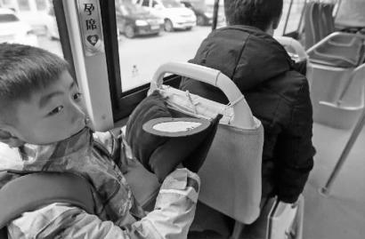长春市公交车配备了暖手套 冬日里贴心温暖乘客高清图片