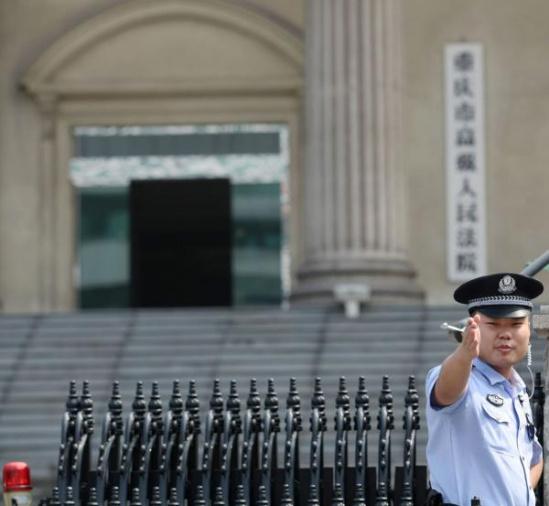 2019-08-24上午11时许,原重庆北碚区区委书记雷政富涉嫌受贿案在重庆高级人民法院二审宣判。图为法警在法院门口执勤。 东方IC 资料图