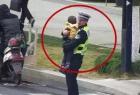 交警抱孩指挥交通