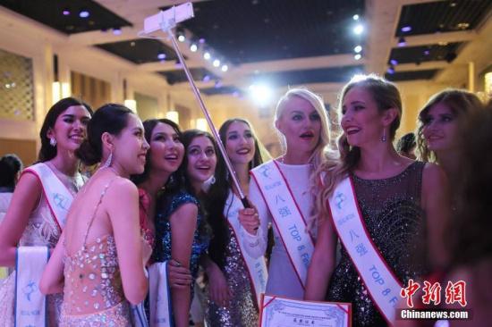 """9月26日,2016第51届全球生态旅游大使世界总决赛(MISSALLNATIONS)在南京举行,来自中国、巴西、美国、新加坡、泰国、缅甸等50个国家和地区的参赛佳丽们经过盛装、泳装和礼服展示,最终来自拉脱维亚的萝拉、澳大利亚的戴拉和巴西的阿娜卡比拉分获冠亚季军。据悉,在赛事期间,她们以""""美丽中国行""""为主题,开展了慈善访问、体验中国传统民俗文化、""""新金陵十二钗""""评选等一系列文化交流活动。图为佳丽们合影留念。"""