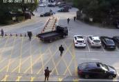杭州女子被出租车卷入车底,短短一分钟20多个人冲上前施救
