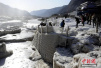 气温降至零下10℃ 壶口瀑布现流凌冰挂奇观