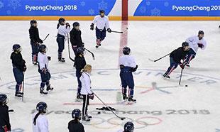 朝韩联合女子冰球队举行公开训练