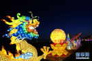 新春游园巨大彩龙灯会引游人
