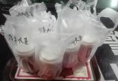 河南郑州一姑娘大年初一为民警送20余杯奶茶表示祝福