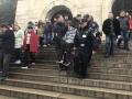 游客登中山陵摔伤脚 民警用椅子将其抬下