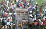 印度一公共汽车发生坠落事故 至少造成10人死亡