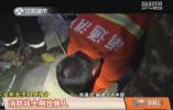 中年女子井边提水不幸掉进井中 消防战士倒挂入井救人