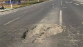 """郑州一道路每天""""坑""""车多辆 已两个多月没人管"""