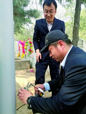 """人民公墓""""大管家""""秦浩(前者)和倪晓峰副书记处理事故电线。"""