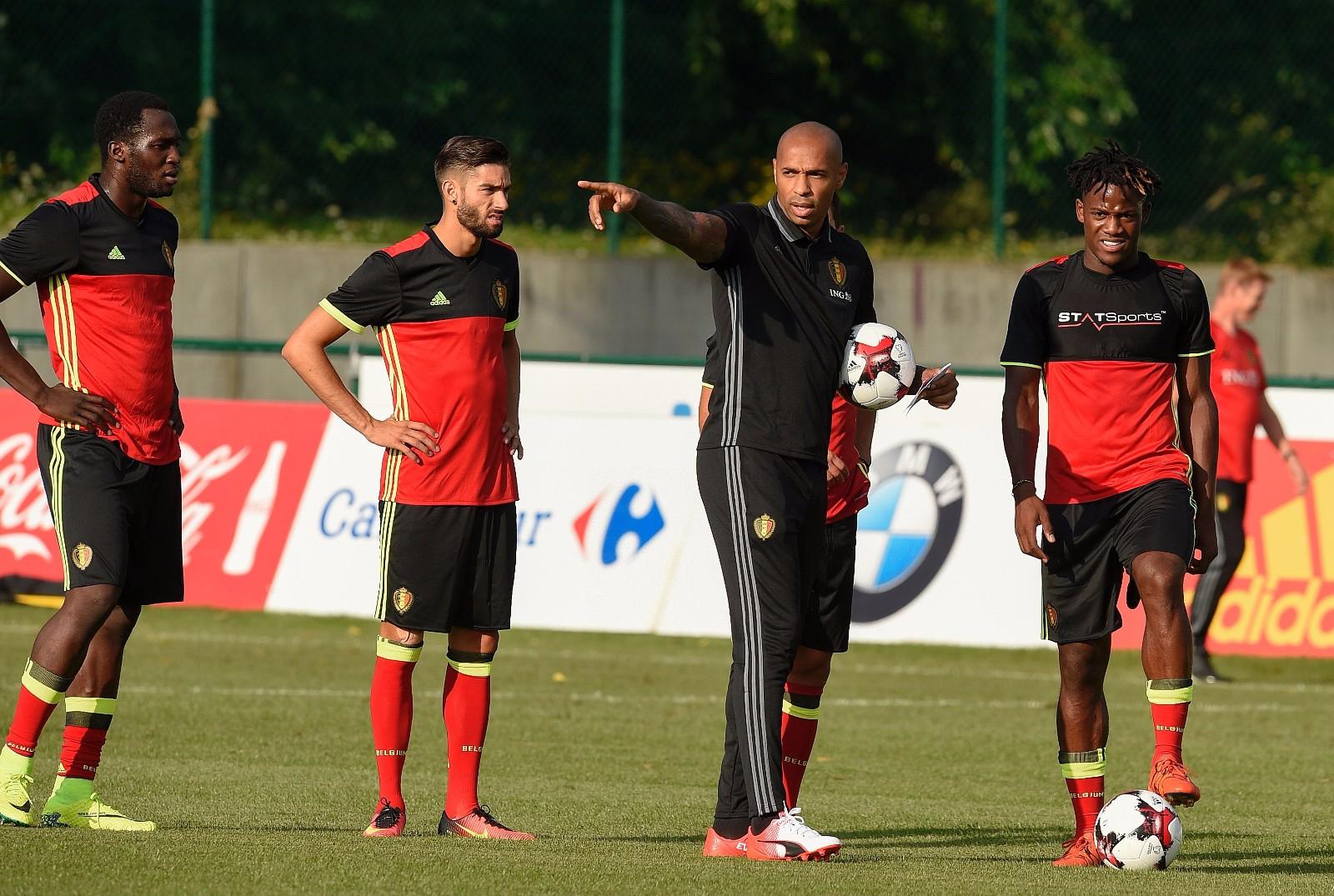图为2016年8月29日,比利时国家队助理教练亨利(左三)在备战与西班牙队友谊赛的训练中指导球员。