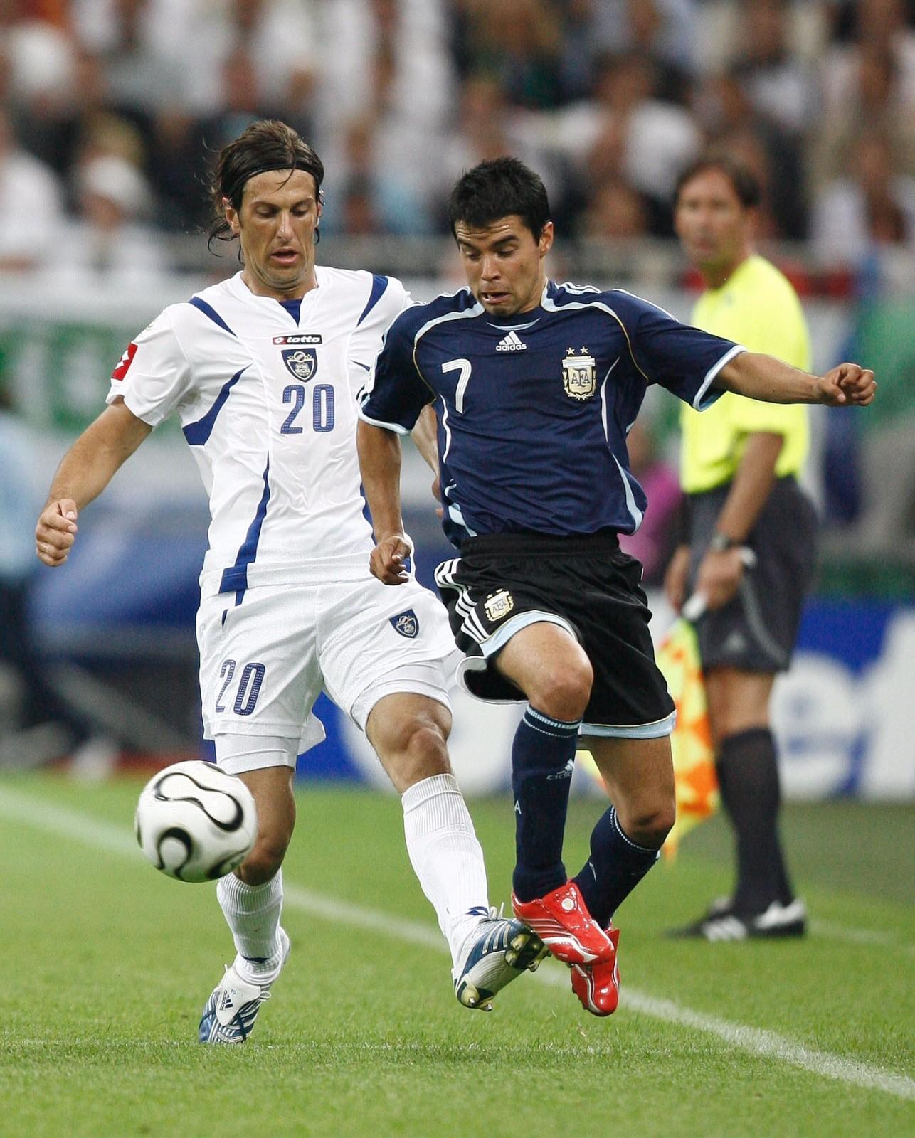 图为2006年6月16日,在盖尔森基兴举行的德国世界杯C组第二轮比赛中,塞黑队球员克尔斯塔季奇(左)与阿根廷队球员萨维奥拉(右)拼抢。