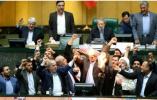 """""""美国去死!"""" 伊朗国会议员怒烧美国国旗"""