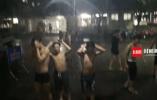 """暴雨来袭""""暴笑""""镜头:四川一高校男生集体在雨中搓澡"""
