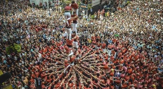 巴塞罗那庆祝圣梅尔塞节 民众秀叠罗汉神技