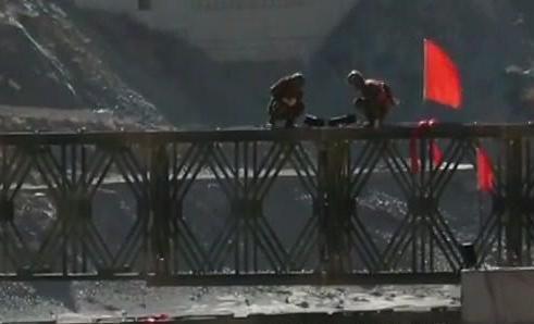 川藏交界 金沙江临时钢架桥第一跨成功吊装
