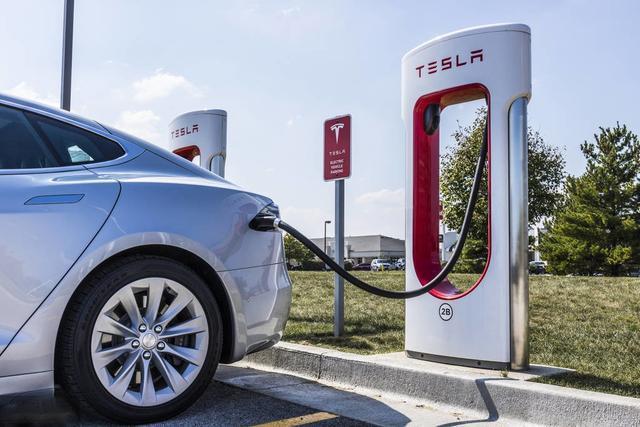 燃油车禁售以后还能上路吗?新能源汽车的发展是否更具战略意义?