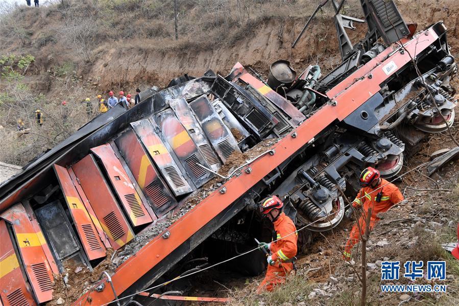 (新华网)(4)河南火车事故致6人失联 200多名搜救人员现场救援