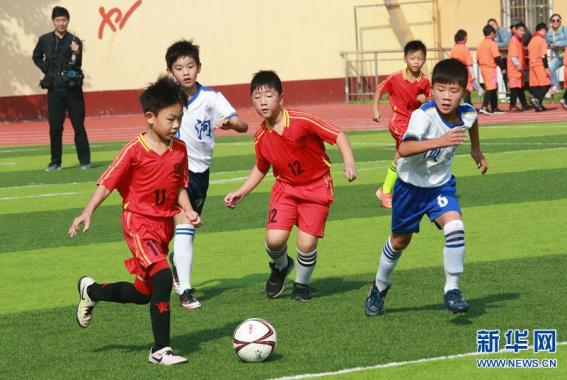 河南开封:校园足球促青少年成长