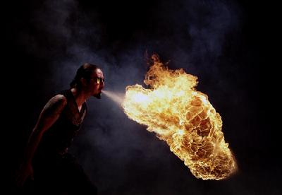 美摄影师抓拍杂技演员喷火 震撼十足