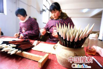 在项城市汝阳刘笔业有限公司现代化的生产车间,工人在制作毛笔。(中国搜索 杨正华 摄)