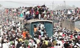 """孟加拉国民众挤火车""""完爆""""春运"""