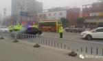 济宁街头上演追逐大战 黑色无牌车撞烂护栏疯狂逃窜!